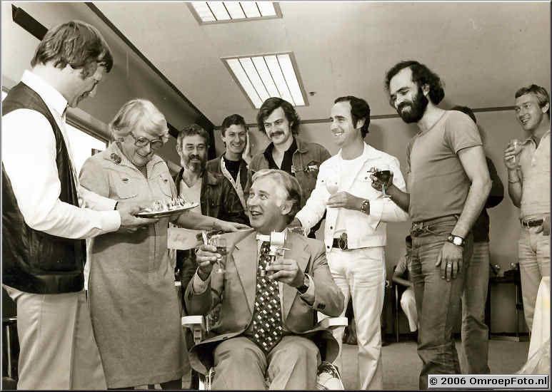 Foto 60110. 1977/78 De CameraGroep eert Arnold van Veluwen, Henk Hofland, mevr. van Veluwen, Joes Odufre Lars Hansen, Joost Wouters