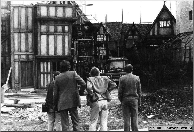 Foto 7-128. ATV-Londen mei'76 op een set naast de studio Ren� de Hond, Pieter Verheul, Mr Wilkinson en Johan Komen