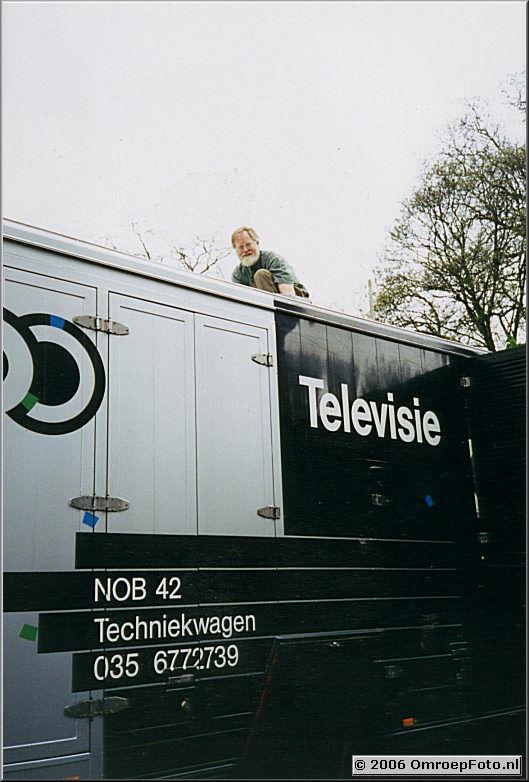 Foto 8-152. Gerrit op het dak van zijn trouwe techniekwagen