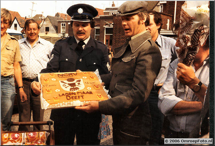 Foto 11-201. De taart als dank voor de bijzondere samenwerking Lichtontwerper Bert Klos als politie-agent naast Harry Kamst