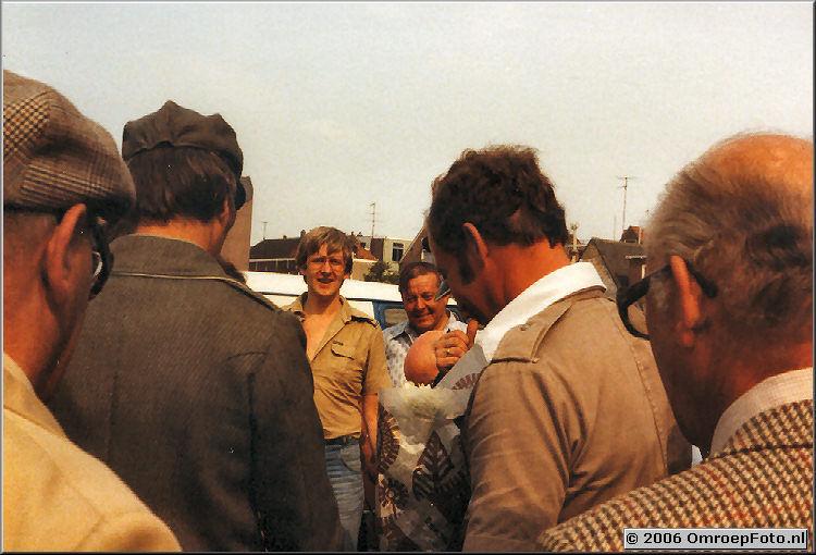 Foto 11-205. Harrie Kamst en ? van het licht hadden zich er voor aangekleed Tegenover Harry Kamst staan chauffeurs Louis Icke en Piet Beijaa