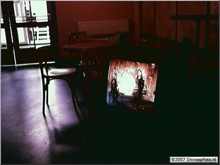Doos 111 Foto 2215. Monitor in de hal van Studio Plantage