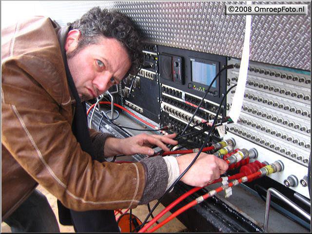 Doos 124 Foto 2461. Uitreiking Postcode Kanjer in Wijchen. Ron sluit graag zelf de kabels aan...