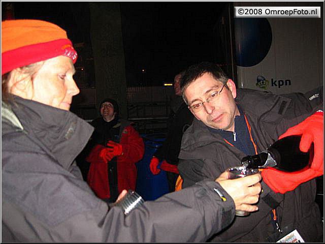 Doos 124 Foto 2466. Uitreiking Postcode Kanjer in Wijchen. Gert schenkt Anja in, die de fles regelde voor de ploeg op Nieuwjaarsdag 2008