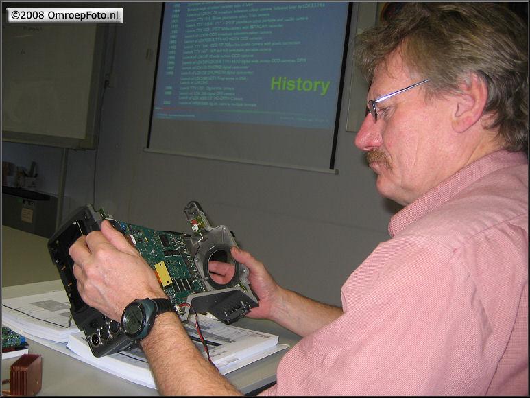 Doos 124 Foto 2479. Training LDK-8000. Peter bekijkt een camerabody