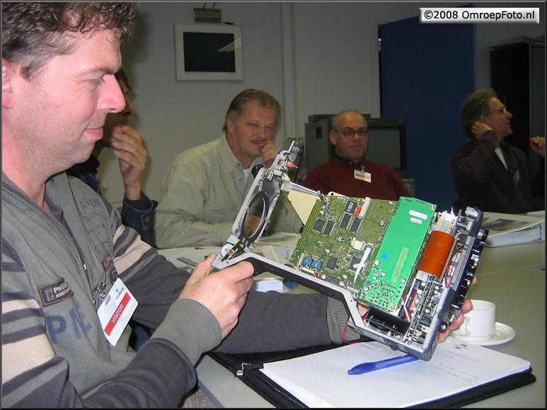 Doos 125 Foto 2481. Training LDK-8000. Danny bekijkt een uitgeklede LDK-8000