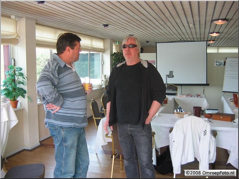 Doos 125 Foto 2498. Training Klantgerichtheid. A3 en Stef bespreken de lesstof...