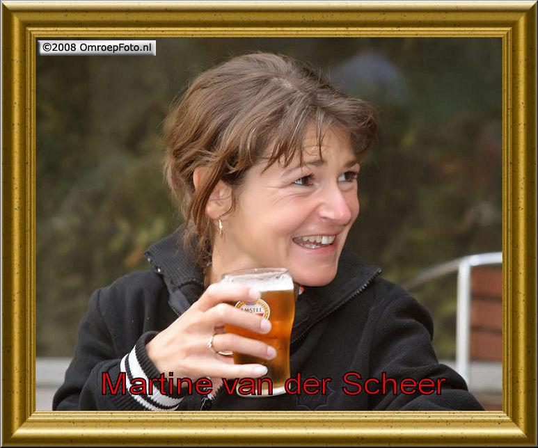 Doos 127 Foto 2528. Martine van der Scheer met een biertje