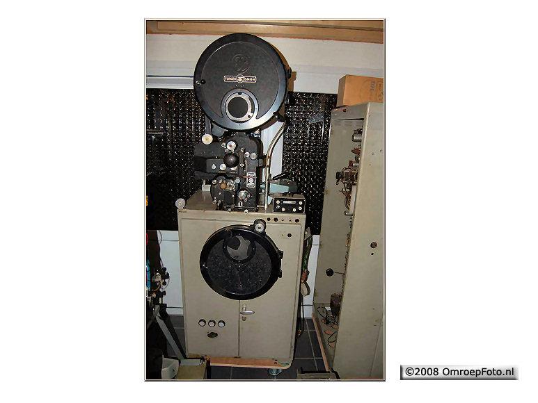 Doos 129 Foto 2563. Michiel van der Smeede is bezig een oude filmaftaster uit 1954 van de NTS weer aan de praat te krijgen