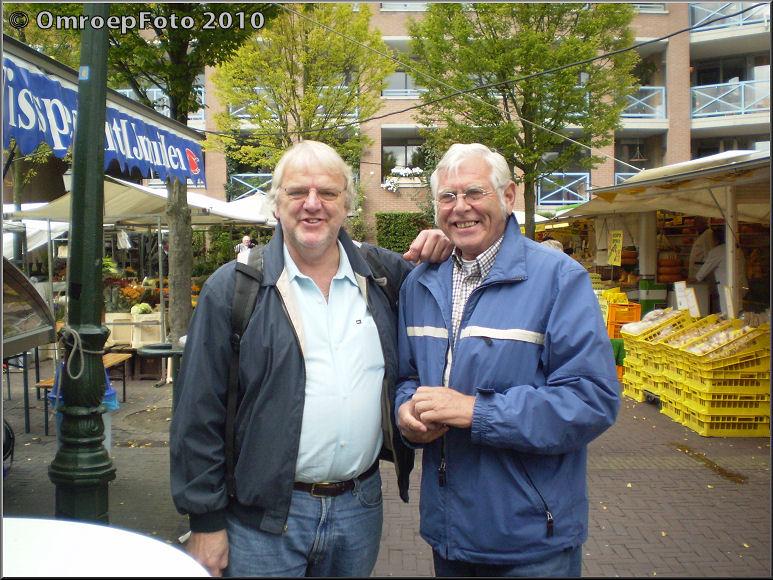Doos 151 Foto 3011 Meindert van der Meulen en Fons de Beer op de markt in Bussum