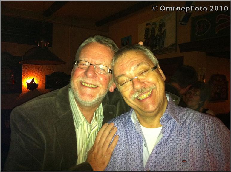 Doos 152 Foto 3039 Reunie van het AC. Nooit geforceerd lachen voor de foto, dat weten Herman en Adje wel...