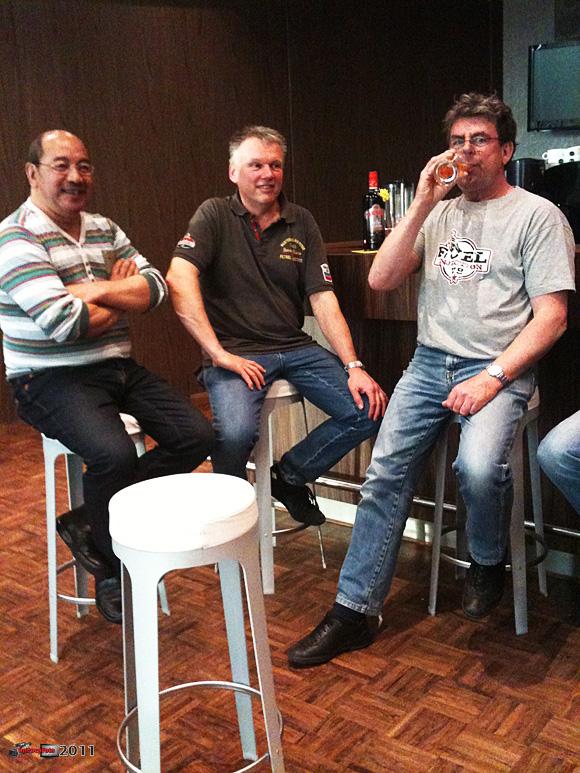 Doos 158 Foto 3152. Drie top handhengelaars in de kroeg van Endemol in ZO : Rolf, Arno en Ron