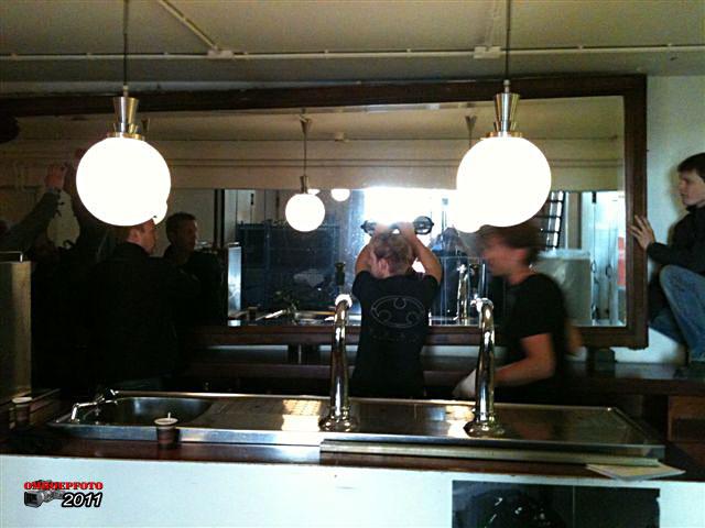 Doos 159 Foto 3180. Ontmanteling van Studio Plantage, juni 2011. De grote spiegel achter de bar in de hal wordt weggehaald