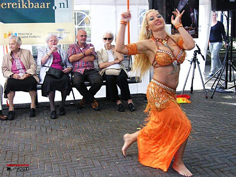Op deze OmroepFoto : Muziek en dans vrolijkten de boel op :-) Foto : Herman Ottink