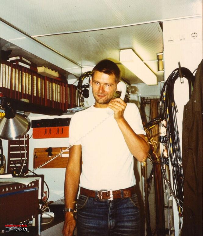Doos 177 Foto 03526. Onderhoudstechnicus Hans Higler. Trein 12 in de Panorama-bocht van circuit Zandvoort. (1983)