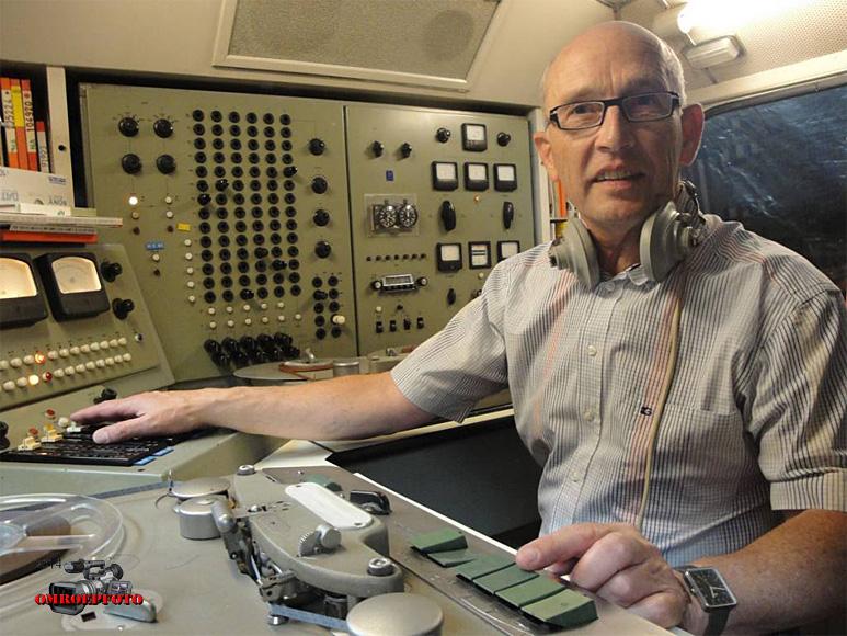 Doos 177 Foto 03535. Oud NRU/NOS/NOB technicus Jack de Vries, in de ex-Wereldomroep reportagewagen, (Beatles  in Blokker)