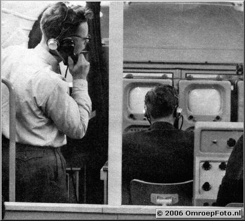 Foto 18-342. In de reportagewagen