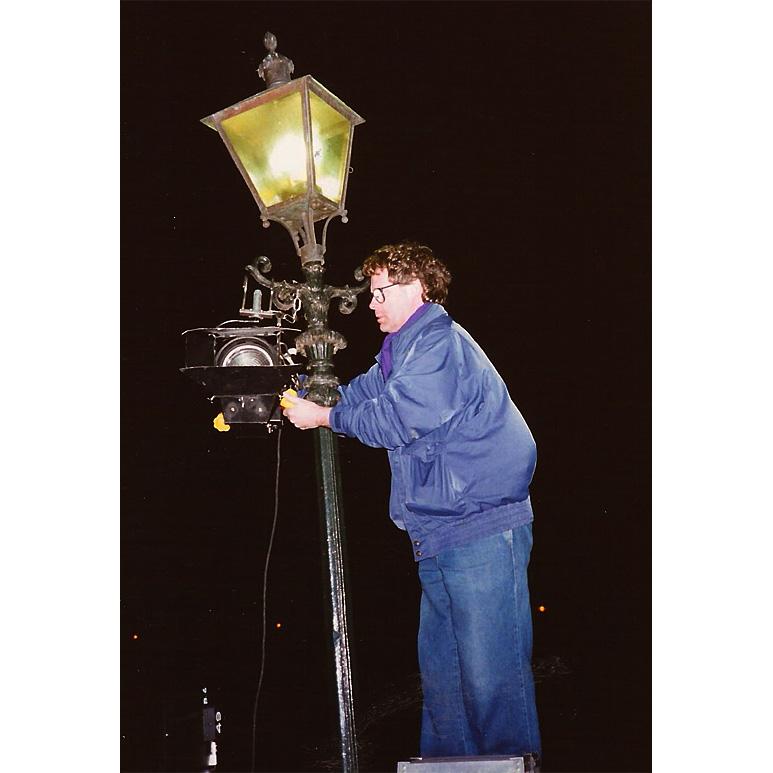 Doos 180 Foto 03586. Ben Haverkort maakt licht in een lantaarnpaal. Volendam 1990.