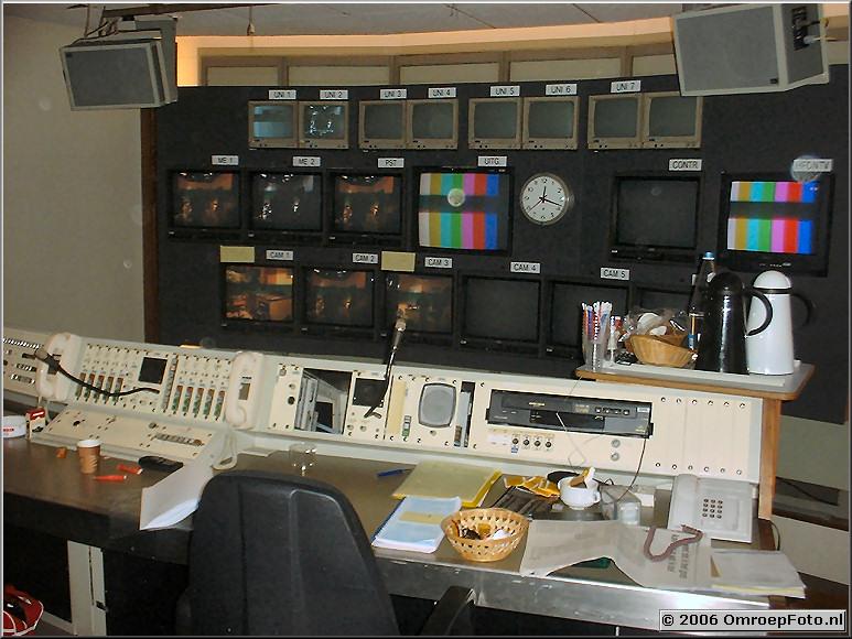 Foto 20- 385 Studio-2. Regieruimte met echte monitorwand