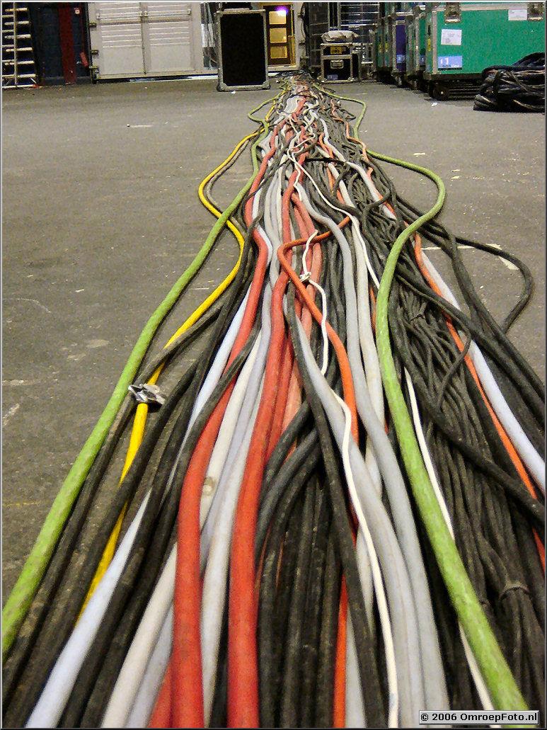 Foto 22-435 Naar de vloer? Volg de kabels...