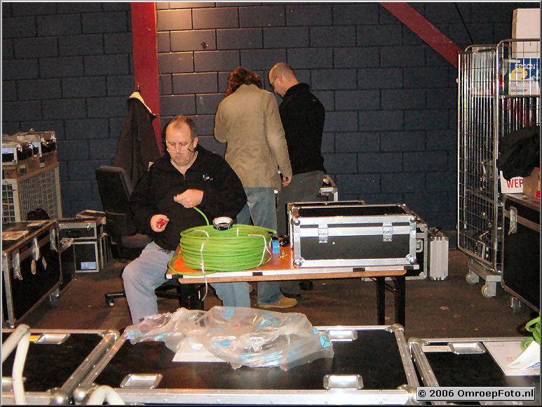 Foto 22-436.Belichter Stef de Wit maakt ter plaatse de benodigde kabels Lichtmensen blijven altijd nog een beetje electrici�ns...