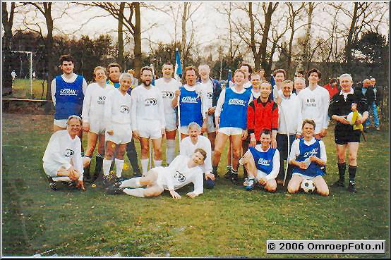 Foto 22-491.Voetbal in Laren