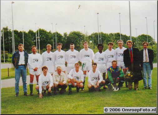 Foto 26-510.Voetbal in Laren