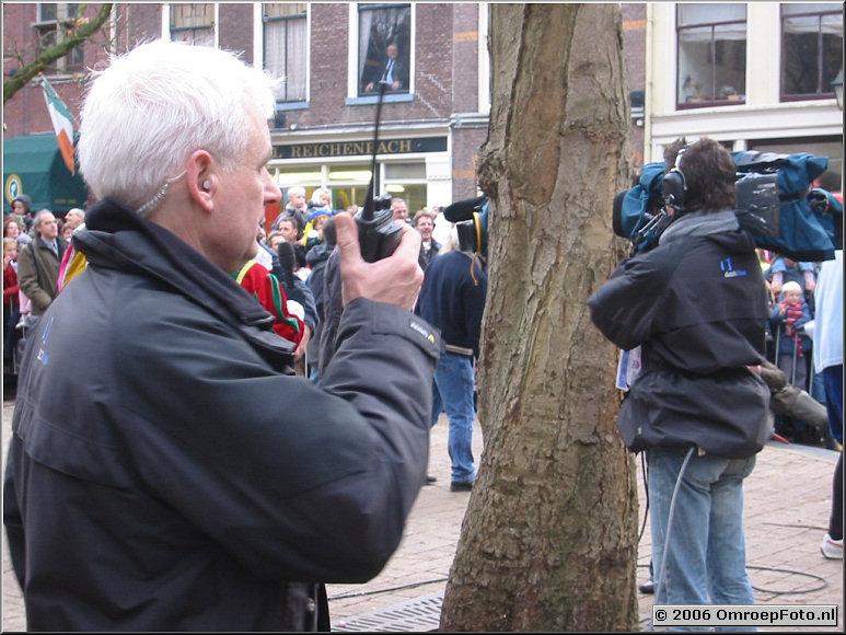 Foto 29-564. SinterKlaas Intocht, Zwolle, 2003 Jan van Ooijen assisteert.