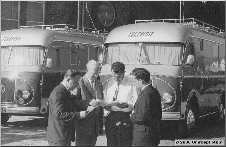 Foto 35-690 De eerste die op papiertje staat te lezen is Wim de Graaff, dan komt Harry Heutz de derde is waarschijnlijk Piet Piers van de In