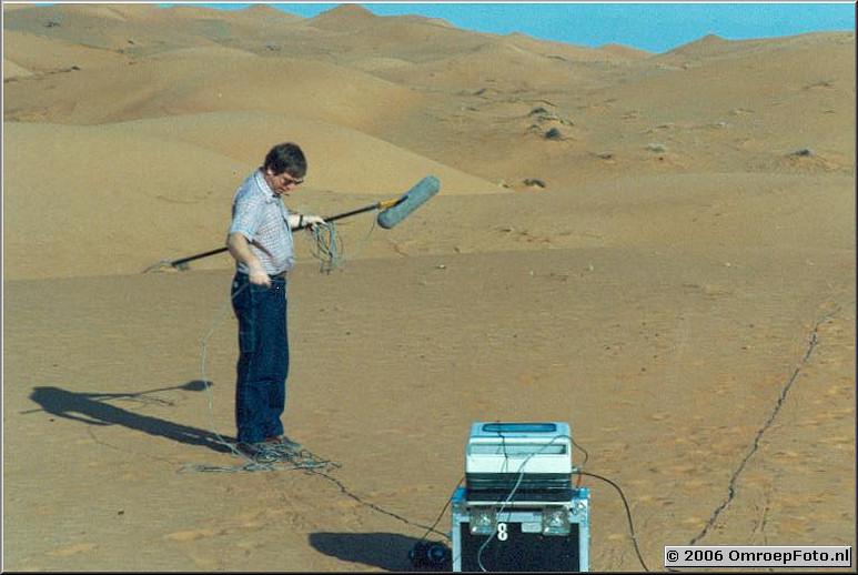 Foto 35-692. Verenigde Emiraten. Joop in de desert met BCN-20