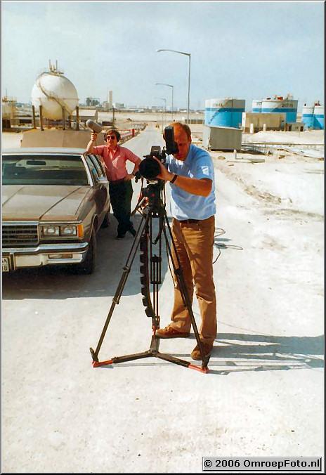 Foto 35-696. Verenigde Emiraten Hans Reyenga en geluidsman? (Ruudje?)
