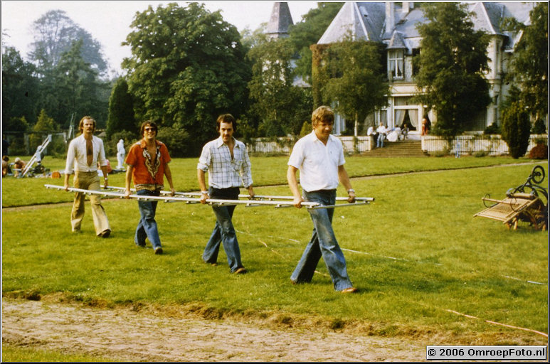 Foto 38-756. Opname Klassiek Muziekprogramma in 's Gravenland. Aan rails- Hans Brouwer, Henny Vreeswijk, assistent en ondergetekende.