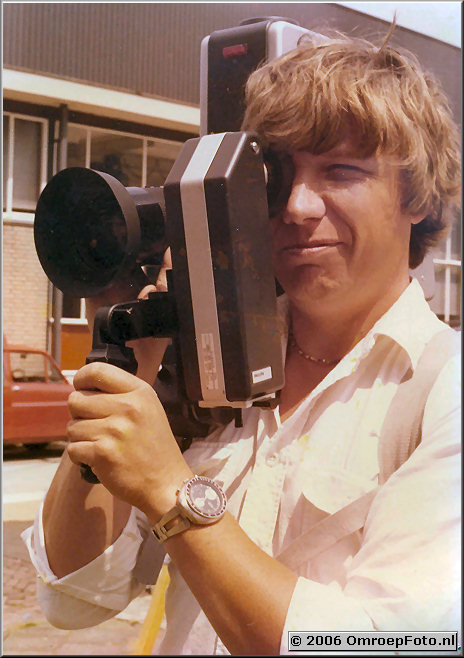 Foto 38-757. Harry Pelle op het Natlab in Eindhoven met de eerste handcamera zonder backpack