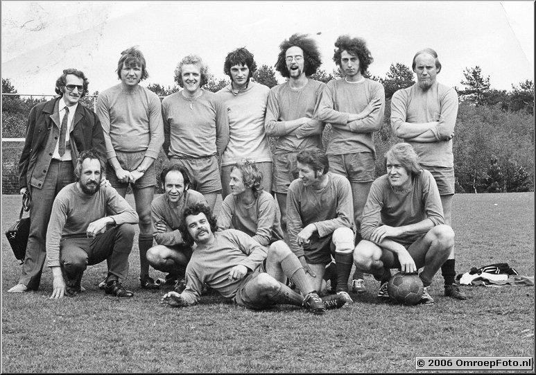 Foto 38-759. Een van de vele voetbalwedstrijden met veel decormedewerkers en op de onderste rij rechts Hennie Budie en Hans Melchers.