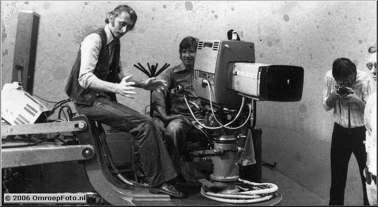 Foto 38-760. Studio-opname zittend op de dolly Tim Neijzink en als je goed kijkt net afgesneden Frans van Rhenen