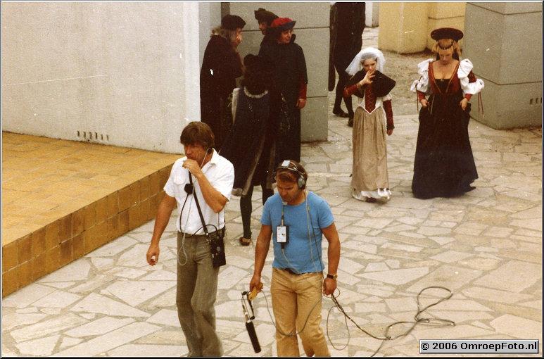 Foto 39-761.Decamerone op de Heilige Landstichting, geluidsman Fons Sluitman. In achtergrond Sjoukje Hooijmaaier