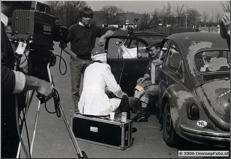 Foto 39-766. Productie 'Dolly Dots' met Ton van Duinhoven in auto