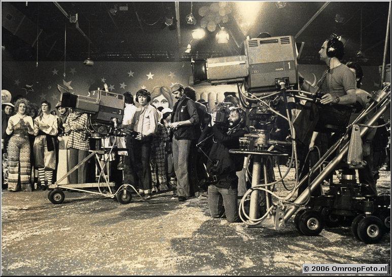 Foto 40-781. Fameuze opname carnavalprogramma in Breda. Op camera 1 Harry Stelling, Met handcamera Flip Koopziek
