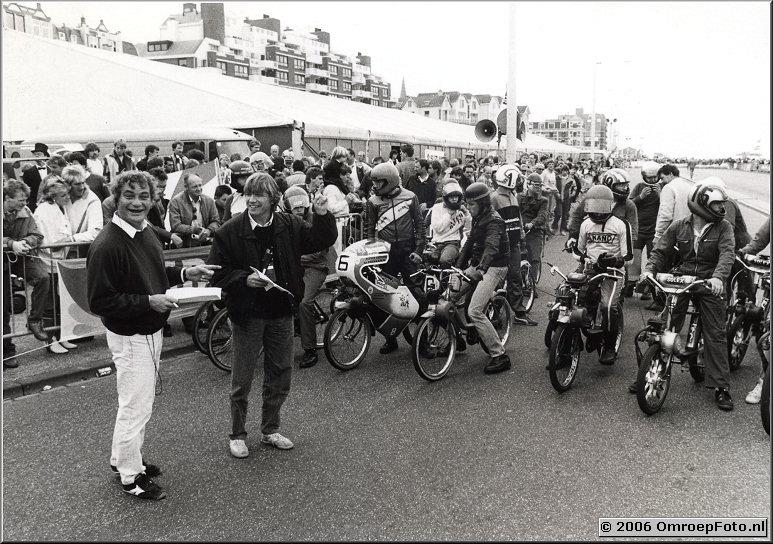 Foto 40-785. Met opnameleider André Kaptijn bij een solexrace in Scheveningen