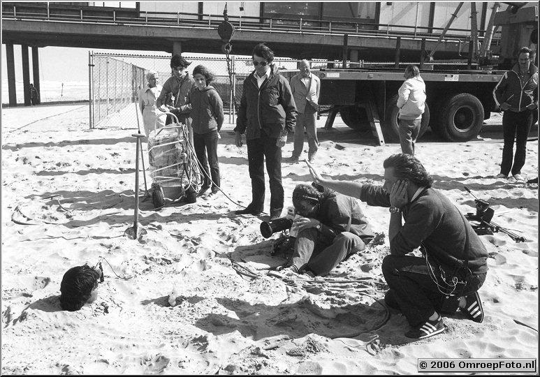 Foto 40-792. Opname 'Eind van een Zomer' in Scheveningen met zijn hoofd net boven het zand : Ron Brandsteder