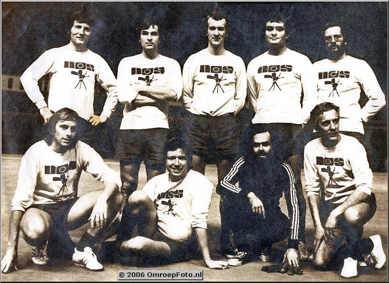 Foto 40-799. Voetbalteam bij het minivoetbal in de Ahoy Kees Posthuma, Theo Houthuizen, Planner, André Kaptijn, Bob Luyer, Carel Swagerman