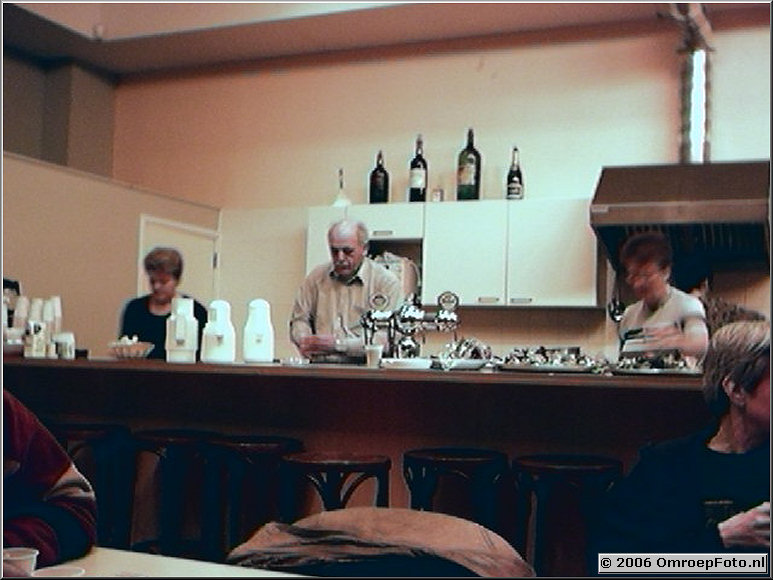 Foto 43-00845. Ach, die heerlijke broodjes ei bij aankomst! Oa. Joop en Nel