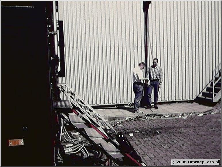 Foto 43-00849. Jaques Prummel en Oskar Strik bespreken de toekomst van het bedrijf