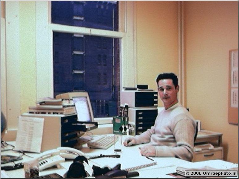 Foto 43-00860. Alex in het kantoor van Blue Horse