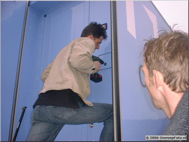Foto 44-878. De deuren van de  OBV kun je per ongeluk op slot doen Willem Bloks boort een slot uit.Uitloop  : 1 uur!