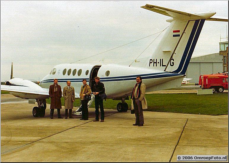 Foto 46-913. 1981 Met het Philips vliegtuig naar Cambridge v.l.n.r Bert Stomp, Rik Brugman, Ferry Weiss, Hans Higler en Harry Aerts.