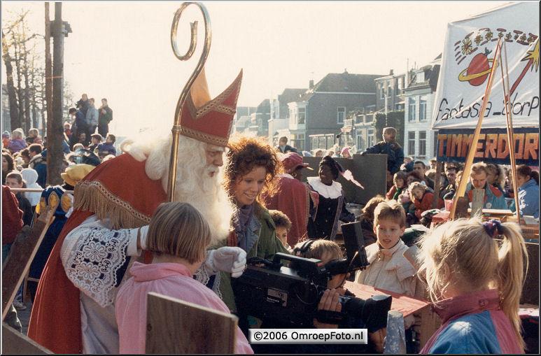 Foto 48-946. Sint in Gorcum 1989 met kabelassistente Annemieke Raatsie