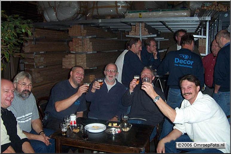 Foto 49-961 Lusten decorbouwers een biertje?
