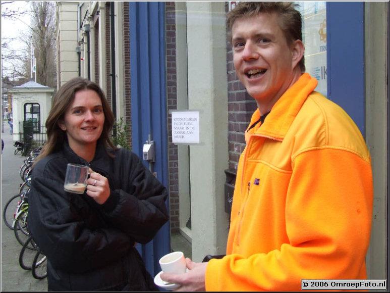 Doos 54 Foto 1063 AutoCuers aan de koffie.Roken en koffiedrinken buiten...