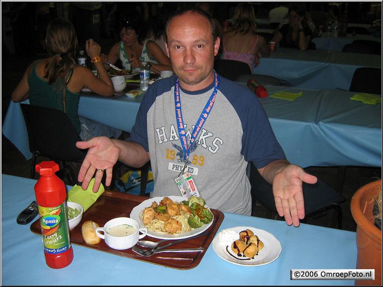 Doos 60 Foto 1199 David kon zijn kostje niet vinden, hij heeft liever een BBQ